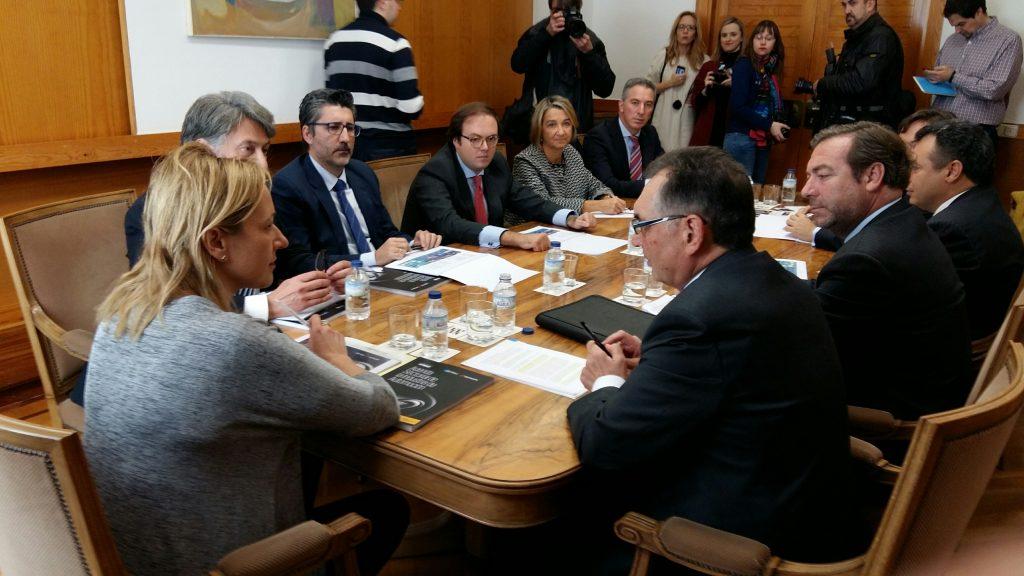 Marta Gastón, en su despacho, con los responsables de ANFAC, SERNAUTO, KPMG y el CAAR.