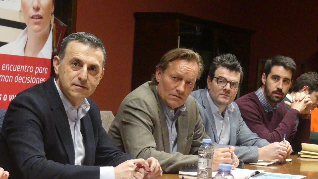 Enrique de Zabala (segundo por la izquierda), delegado de AREX en Colombia y director de la Cámara Hispano Colombiana, durante el encuentro con empresas aragonesas.