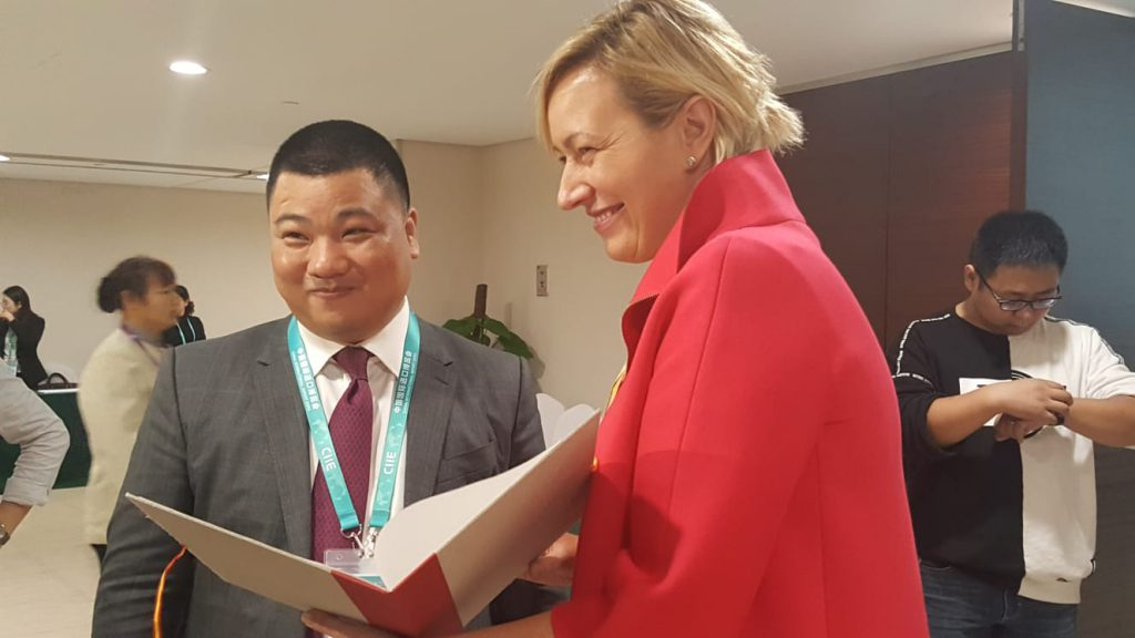 Marta Gastón con el presidente de Timex, Timmy Feng.