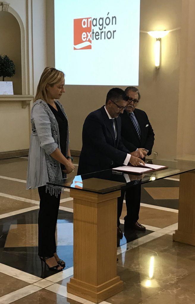 Javier Andrés, director gerente de Aragón Exterior, firma la adhesión de AREX al nuevo Clúster de la Energía de Aragón.