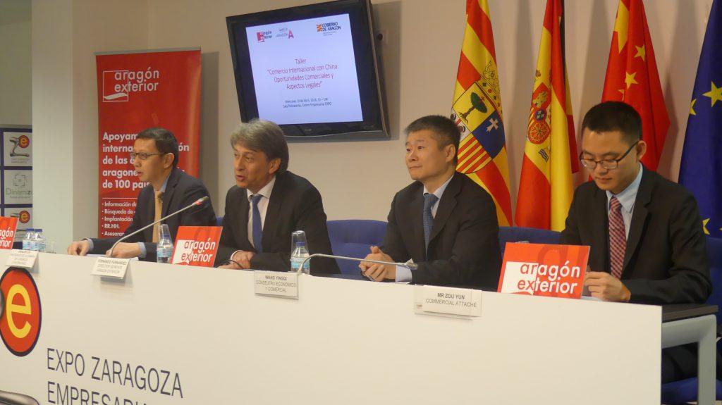 De izquierda a derecha: Jianjun Liu, presidente de la Cámara de Comercio e Inversiones de China en España, Fernando Fernández Cuello, director gerente de Aragón Exterior, Wang Yingqi, consejero económico y comercial de la Embajada de la República Popular China en España, y Zou Yun, agregado comercial de la Embajada de China en España.