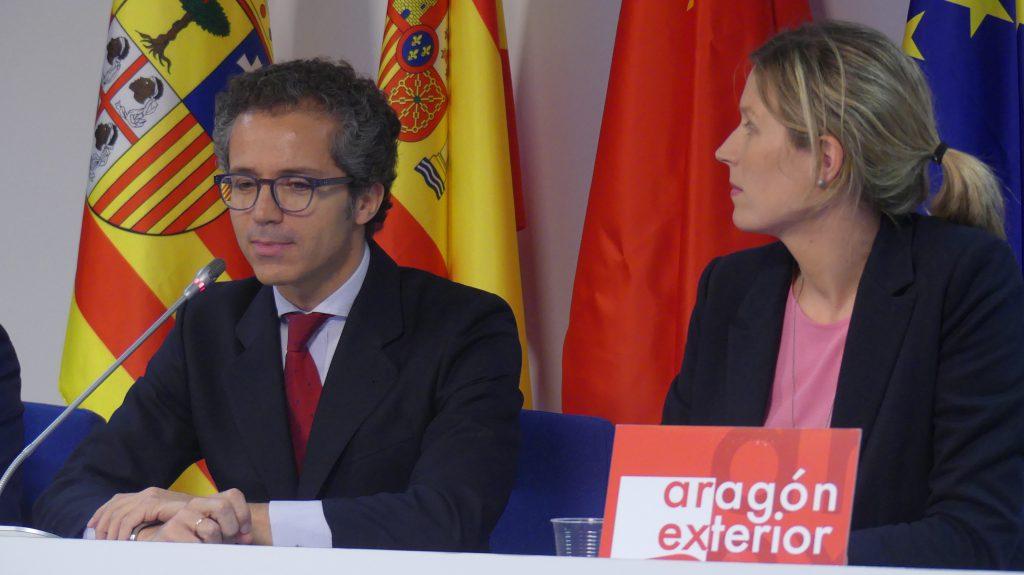 Rodrigo Peruyero, abogado del despacho Uría Menéndez, y Katharina Mormann, responsable de Comunicación de Aragón Exterior.