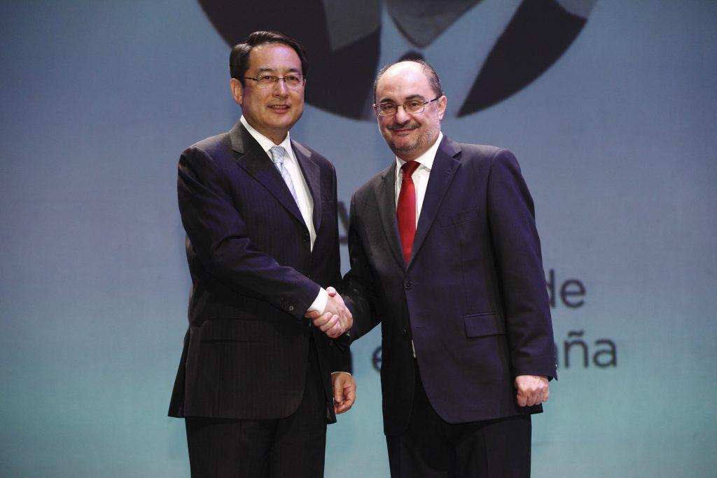 El presidente de Aragón, Javier Lambán, y el embajador de la República Popular China, Lyu Fan.