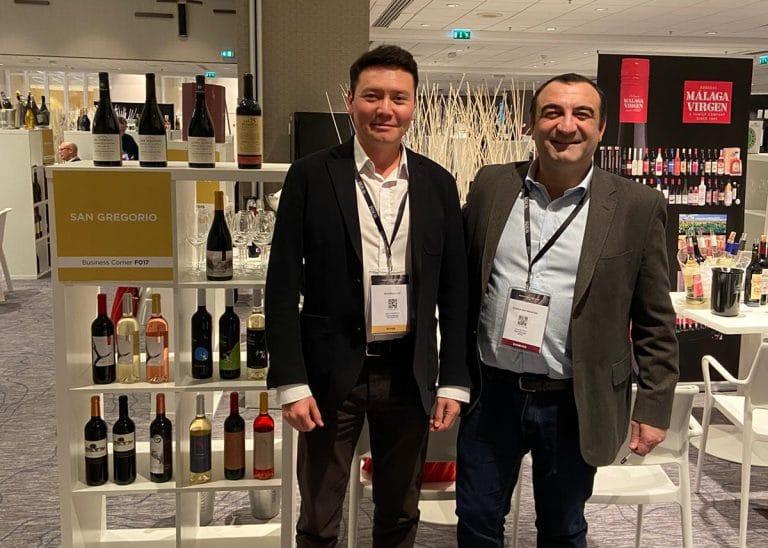 David Blanco, export manager de Bodegas San Gregorio (derecha), posa en el estand de la bodega en los World Wine Meetings junto a Nadir Axanbayev, importador de vinos de la bodega aragonesa en Kazajistán.